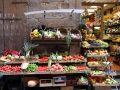 Auslage mit Gemüse und Obst vor einem Tante-Emma-Laden