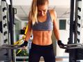Frau im Fitnessstudio