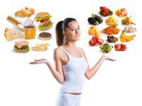 Frau jongliert gesunde und ungesunde Lebensmittel