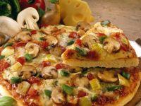American-Pizza mit Champignons, Paprika und Zwiebeln