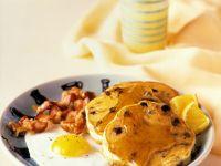 Amerikanische Pfannkuchen mit Spiegelei, Bacon und Sirup