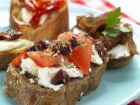 Appetithäppchen mit Tomaten, Schafskäse, Zwiebeln und Paprika