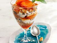 Aprikosen-Joghurt-Schichtspeise mit Keksbröseln