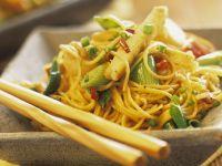 Asia-Nudelpfanne mit Tofu und Wasserkastanien