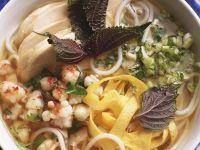 Asia-Suppe mit Garnelen, Hähnchen und Reisnudeln