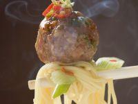 Asiatische Eiernudeln mit pikanten Hackbällchen