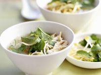 Asiatische Geflügelbrühe mit Sprossen und Thai-Basilikum