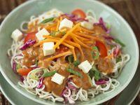 Asiatische Nudeln mit Gemüse, Tofu und Erdnusscreme