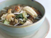 Asiatische Nudelsuppe mit Gemüse und Fleisch
