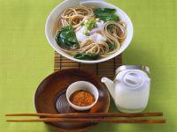 Asiatische Nudelsuppe mit Spinat