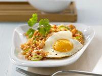 Asiatische Reispfanne mit Shrimps und Spiegelei