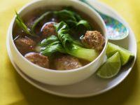 Asiatische Suppe mit Paksoi und Hackbällchen