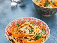 Asiatischer Nudelsalat mit Möhren, Koriander und Erdnüssen