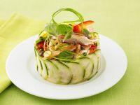 Asiatischer Salat mit Huhn und Papaya im Gurkenring