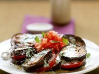 Auberginen-Tomaten-Salat mit Minze-Joghurt-Dressing