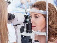 Frau beim Augenarzt