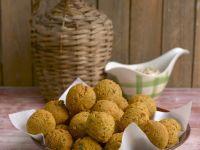 Ausgebackene Linsenbällchen mit Erdnusssoße
