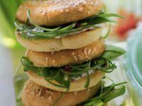 Avocado-Bagels mit scharfer Schnittlauch-Creme