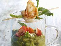 Avocadocreme auf mexikanische Art (Guacamole) mit Shrimpsspieß