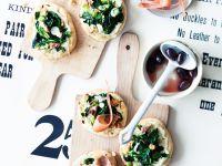 Baby-Pizzen mit Spinat und Schinken