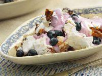 Baiser mit Heidelbeeren, Joghurt und Pekannüssen