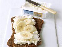 Bananen-Vollkornbrot mit Frischkäse