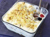 Beeren-Schichtspeise mit weißer Schokolade und Cantucci