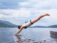 Tipps für die Bikinifigur: Frau springt ins Wasser