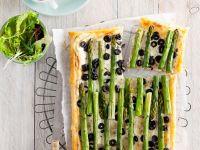 Blätterteigkuchen mit Spargel und Oliven