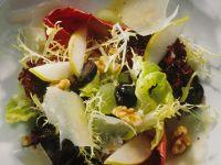 Blattsalat mit Birnenspalten und Parmesanspänen
