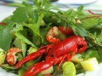Blattsalat mit Bohnen und Flusskrebsen