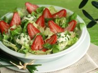 Blattsalat mit Erdbeeren und Käse