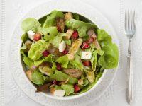 Blattsalat mit Erdbeeren und Porree