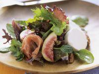 Blattsalat mit Feigen, Rohschinken und Ziegenfrischkäse