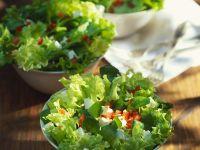 Blattsalat mit Feta und Tomaten