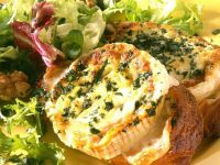 Blattsalat mit gebackenem Käsebrot