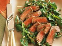Blattsalat mit gebratener Rinderlende