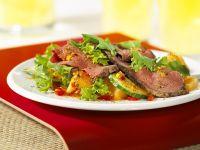 Blattsalat mit Gemüse und Roastbeef