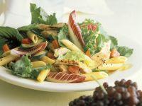 Blattsalat mit Nudeln und Hähnchenbrust