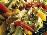 Blattsalat mit Orange, Tomate und Avocado