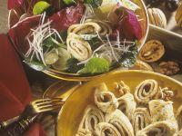 Blattsalat mit Trauben und Pfannkuchenröllchen