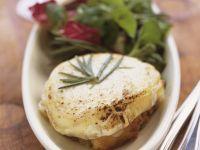 Blattsalat mit Ziegenkäse-Crostini