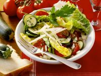 Blattsalat mit Zucchini und Tomaten