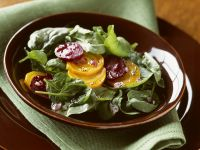 Blattspinat-Salat mit roten-und gelben Beten