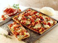 Blechpizza mit Gemüse und Schinken
