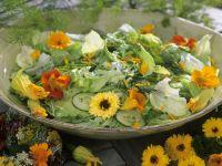 Blütensalat mit Kapuzinerkresse und Ringelblumen