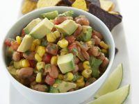 Bohnen-Avocado-Salsa mit Mais dazu Tortillachips