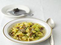 Bohnen-Nudel-Suppe mit Trüffel
