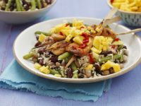 Bohnen-Reis-Salat mit Hühnchenspießen und Mango