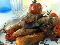 Bratwurst mit Tomaten auf Röstbrot